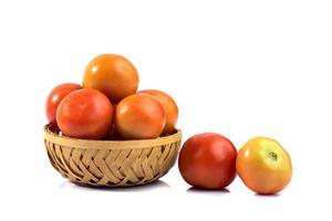 pomodori freschi su sfondo bianco. foto
