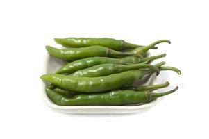 peperoni verdi isolati su bianco foto