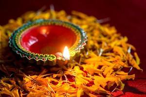 felice diwali - lampade diya in argilla accese durante la celebrazione del diwali. biglietto di auguri design del festival della luce indù indiano chiamato diwali foto