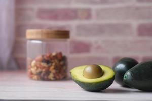 Close up di fetta di avocado e dado misto sul tagliere. foto