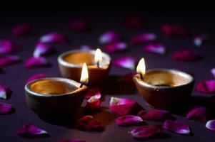 lampade tradizionali di argilla diya illuminate durante la celebrazione di diwali foto