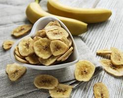 fette o patatine di banana candite essiccate foto