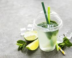 cocktail mojito con lime e menta foto