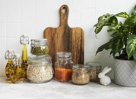 utensili da cucina, utensili e stoviglie sul muro di piastrelle bianche di sfondo. foto