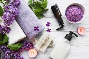 ambiente spa con fiori lilla foto