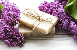sapone naturale e fiori di lillà foto