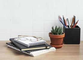 scrivania da ufficio con quaderni foto