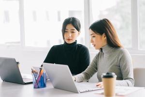 le due imprenditrici stanno discutendo del lavoro foto