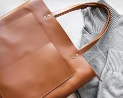 borsa da donna in pelle marrone foto