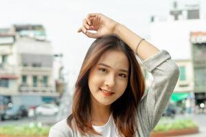 ritratto di donna asiatica in viaggio verso la città di hanoi, vietnam foto