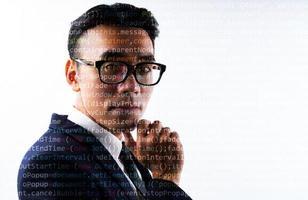 ritratto di uomo d'affari asiatico con linee di codice sul viso. concetto di essere umano digitalizzato in futuro foto