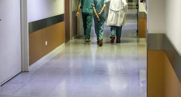 medici e infermieri in corridoio foto