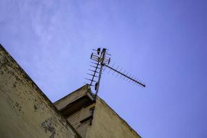 antenna televisiva sul tetto foto