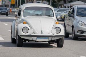 macchina bianca in una strada di copacabana a rio de janeiro. foto