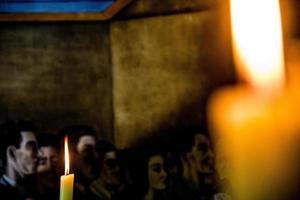 lume di candela su sfondo nero foto