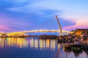 il ponte degli innamorati al molo dei pescatori, taipei, taiwan foto