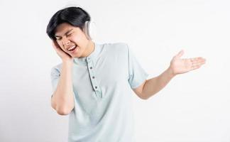 l'uomo asiatico stava ascoltando musica mentre cantava insieme foto