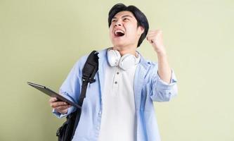 gli studenti asiatici maschi gridavano per i sentimenti di vittoria foto