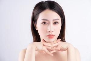 bella donna xing con la pelle fresca sorridente sullo sfondo foto