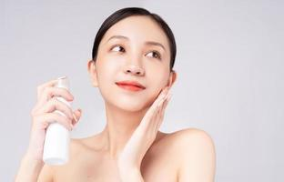 bella donna asiatica che si prende cura della sua pelle con prodotti naturali foto