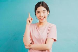 ritratto di una ragazza che pensa a un'idea su sfondo blu foto