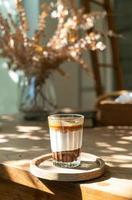doppia tazzina sporca o caffè espresso con latte e cioccolato foto