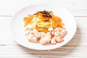 spaghetti cremosi con gamberi e uova di gamberi - fusion food style foto