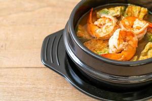 zuppa acida di pasta di tamarindo con gamberi e frittata di verdure foto