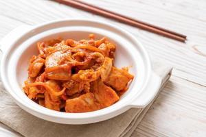 maiale saltato in padella con kimchi - stile alimentare coreano foto
