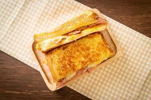 toast alla francese fatti in casa con prosciutto, pancetta e panino al formaggio con uova? foto