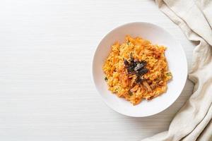 riso fritto al kimchi con alghe e sesamo bianco - stile coreano foto