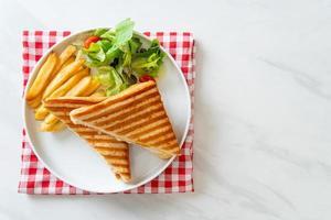 panino prosciutto e formaggio con uova e patatine fritte foto