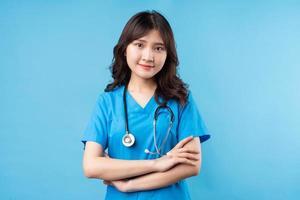 ritratto di giovane dottoressa che sorride felicemente sullo sfondo foto