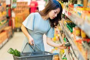 la ragazza sceglie di acquistare generi alimentari al supermercato foto