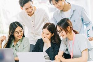 gli uomini d'affari asiatici stanno discutendo i piani del prossimo anno foto