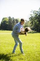 padre con figlia che si diverte sull'erba al parco foto