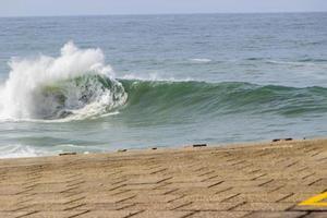 onda sulla spiaggia a copacabana a rio de janeiro foto