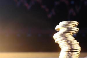 monete sullo sfondo del tavolo e risparmio di denaro e concetto di crescita aziendale, concetto di finanza e investimento, pila di monete sul tavolo e risparmio di denaro foto