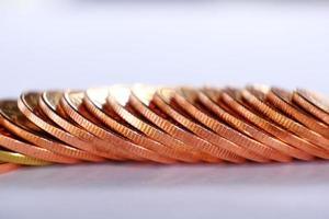 pila di monete sullo sfondo del tavolo e risparmio di denaro e concetto di crescita aziendale, concetto di finanza e investimento foto
