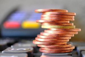 concetto di risparmio di denaro, sfondo di monete impilabili, monete pubblicitarie di finanza e banche finance foto