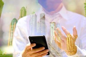 uomo d'affari che utilizza smartphone con tecnologia, doppia esposizione foto