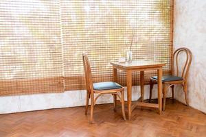 tavolo e sedia vuoti in una caffetteria e in un ristorante caffetteria foto