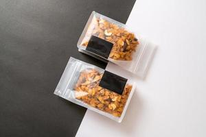 cereali cornflakes di anacardi, mandorle, semi di zucca e semi di girasole - cibo multicereali salutare foto