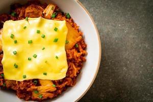 riso fritto al kimchi con maiale e formaggio ricoperto - stile asiatico e fusion foto