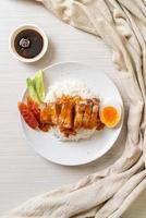 pancetta croccante su riso con salsa rossa barbecue red foto