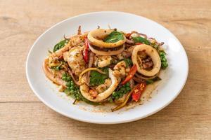 basilico santo saltato in padella con polpo o calamari ed erbe aromatiche - stile asiatico foto