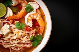 spaghetti istantanei ramen in zuppa piccante con gamberi o tom yum kung - stile asiatico foto