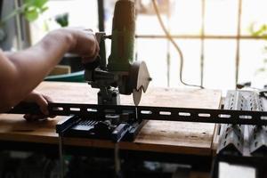 gli artigiani usano tagliaferro per assemblare progetti fai da te durante le vacanze. foto