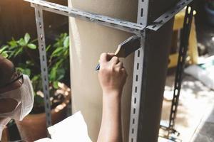 concetto fai da te, gli artigiani usano la vernice antiruggine per dipingere le vecchie parti in ferro. fai uno scaffale nel tuo weekend libero foto