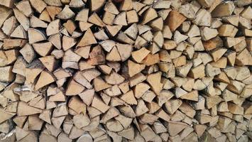 lo sfondo con legno di betulla tritato accatastato in ciniglia. foto